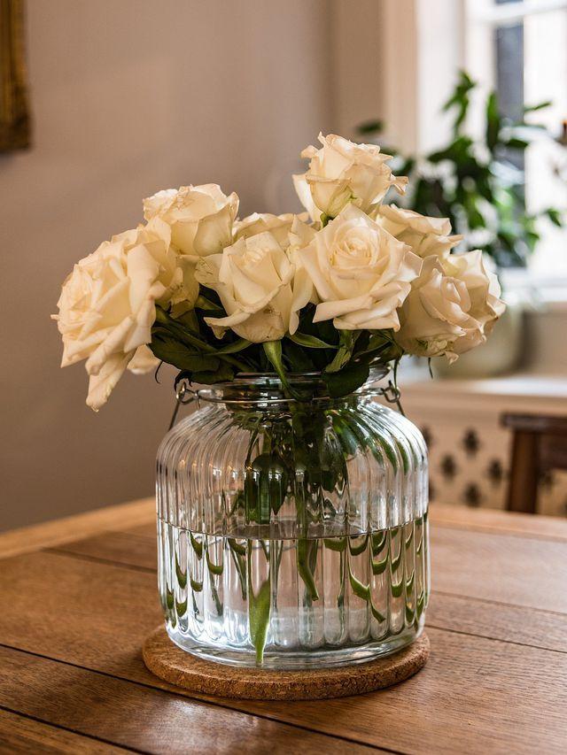 Rosen sollten gut angeschnitten werden, damit sie länger haltbar sind.