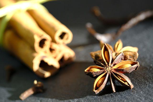 Zimt, Sternanis und Nelken werden häufig in der indischen Küche verwendet.