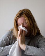 Hagebuttentee hilft bei der Abwehr von Viren, die beispielsweise eine Erkältung hervorrufen können.