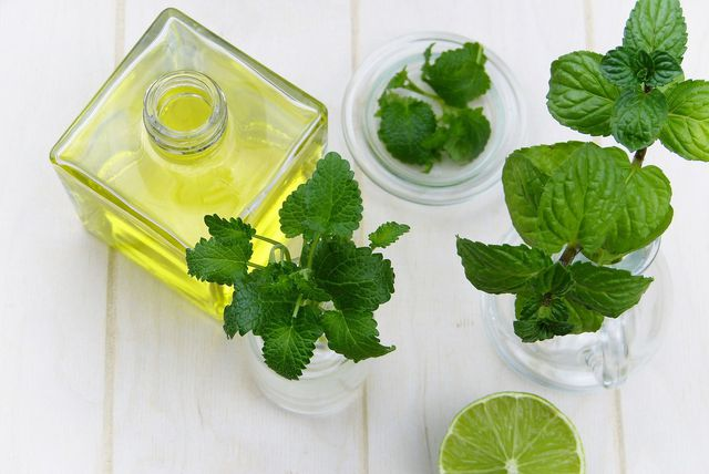 Mit ätherischen Ölen oder frischen Kräutern kannst du ein Bodyspray schnell und einfach zu Hause herstellen.