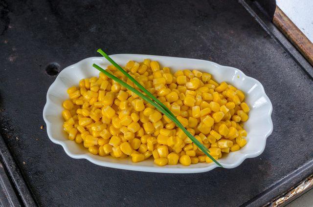 Die Maiskörner müssen vor dem Rösten gut abtrocknen.