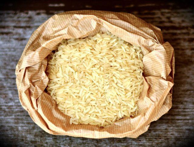 Reismehl kannst du mit Mühle oder Standmixer leicht selbst herstellen.