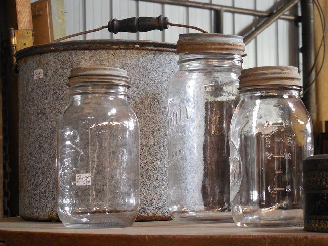 Mit Essig lässt sich der Deckelgeruch im Schraubglas entfernen.