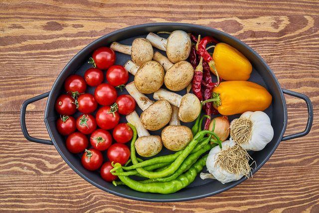 In die gefüllten Paprikas kommt saisonales und regionales Gemüse.