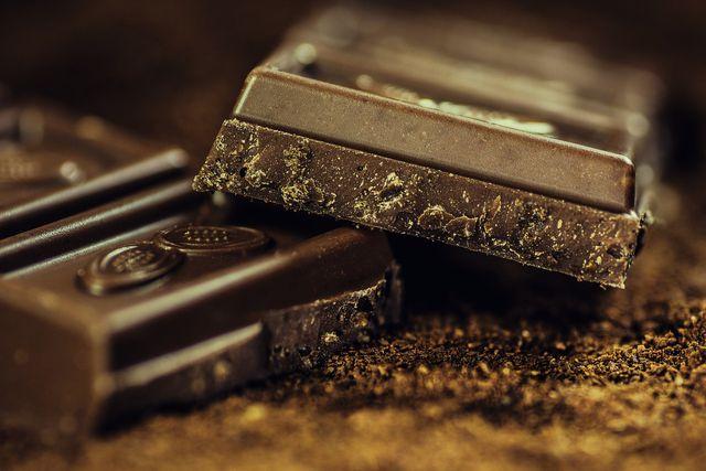 Auch Bitterschokolade enthält Koffein.