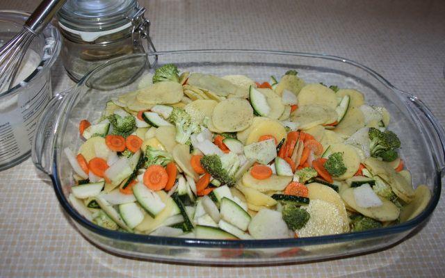 Kartoffelauflauf vegetarisch mit buntem Gemüse der Saison.