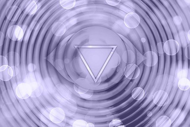 """Das sechste Chakra wird auch als """"das dritte Auge"""" bezeichnet und befindet sich zwischen den Augenbrauen."""