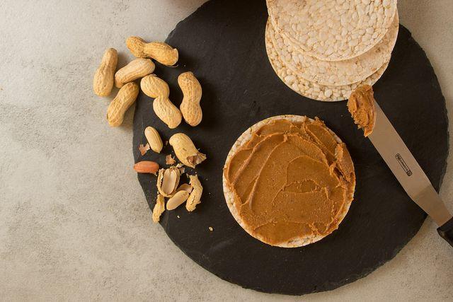 Erdnussmus kannst du nicht nur als Brotaufstrich, sondern auch als Zutat für Porridge, Smoothies und Kekse nutzen.