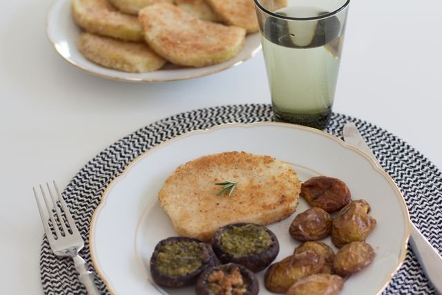 Auch Ofenkartoffeln und gefüllte Champignons schmecken lecker zu Sellerieschnitzel.