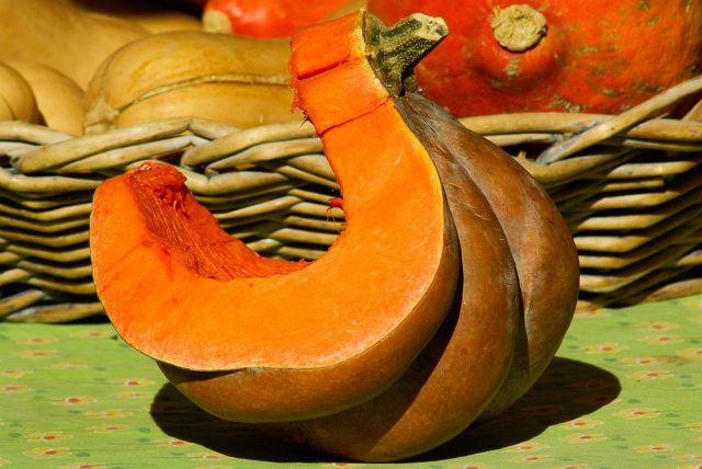 Muskatkürbis findest du im Handel oft in Stücke geschnitten.