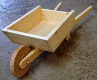Unlackiertes Holzspielzeug statt Plastikspielsachen mit Weichmachern.