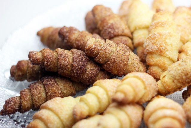 In Zucker, Nüssen und Zimt gewälzte Rugelach sind eine besonders leckere Variante.
