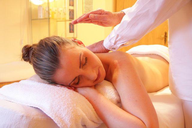 Eine Massage mit Ingweröl fördert die Durchblutung und wirkt entspannend.