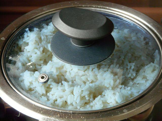 Bereite zuerst den Reis vor.