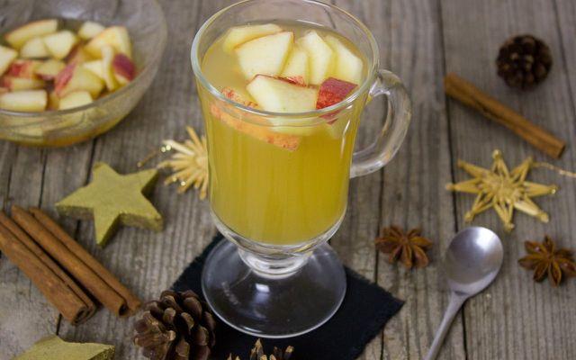Alkoholfreien und weißen Glühwein kann man gut mit Apfelstücken servieren