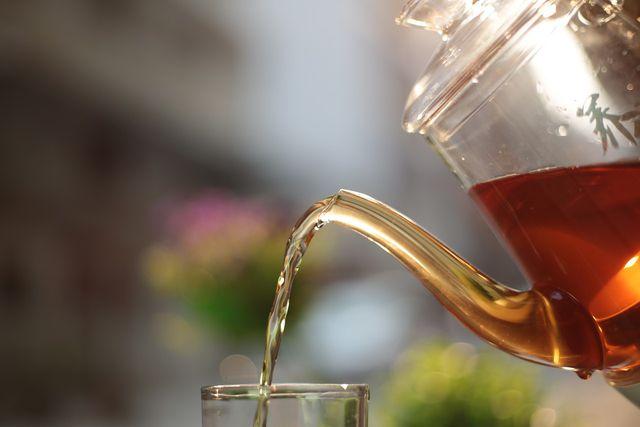 Der Tee reduziert den Alkoholgehalt vom selbstgemachten Punsch.