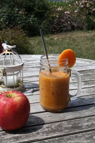 Dieser Apfel-Smoothie versorgt dich dank Aprikosen und Möhren mit jeder Menge Beta-Carotin.