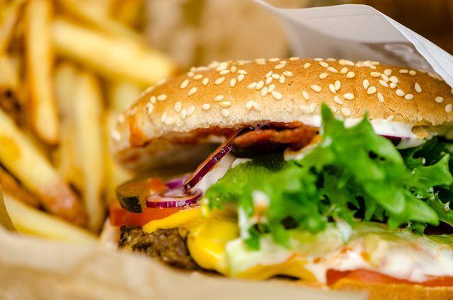 Fast Food enthält kaum Nährstoffe.