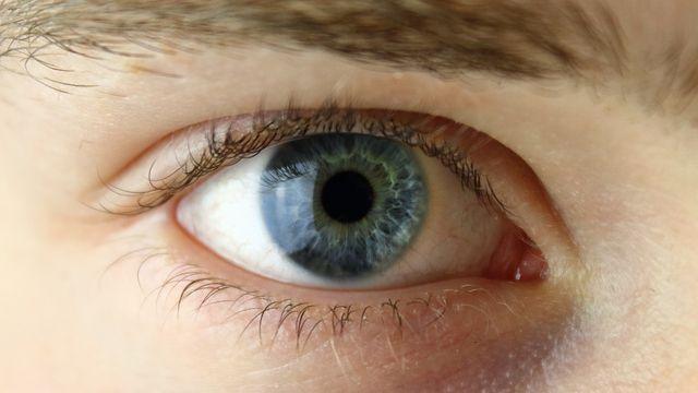 Wenn die Tränenflüssigkeit nicht ausreicht, kannst du den Fremdkörper auch mit einer Augenspülung aus dem Auge entfernen.