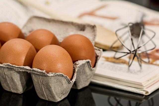 Für einen schnellen Käsekuchen brauchst du auch Eier.