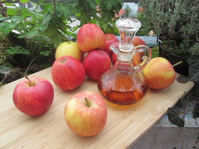 Apfelessig ist ein beliebtes Hausmittel für verschiedene Beschwerden.