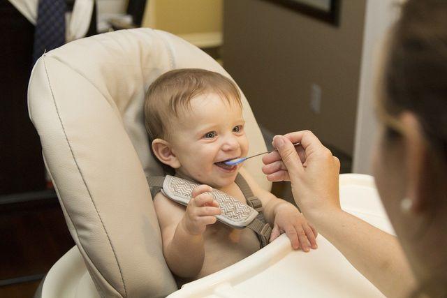 Um dein Kind vor Arsen zu schützen, solltest du es nicht zu oft mit Reis(-produkten) füttern.