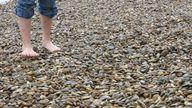 Läufst du barfuß auf Steinen, dann ist das wie eine Fußmassage.