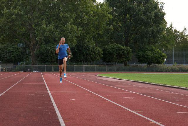 HIIT-Workouts können dein Herz-Kreislauf-System fit halten, deine Muskulatur stärken und dich auch mental bereichern.