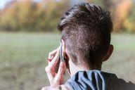 Häufiges Telefonieren kann Pickel im Ohr verursachen.