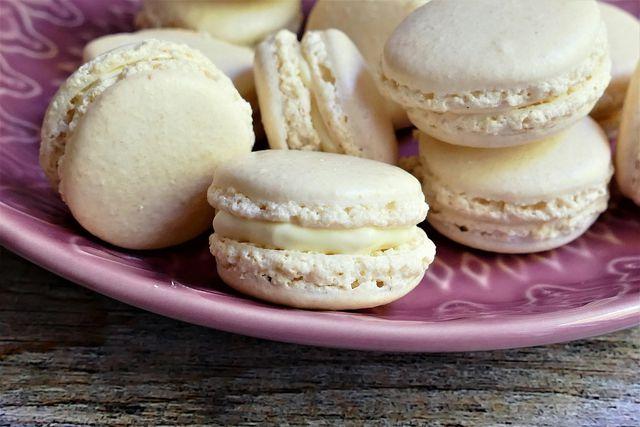 Macarons gibt es in unzähligen Geschmacksrichtungen: Probiere zum Beispiel auch Pistazie, Schoko, Kaffee oder Zitrone.