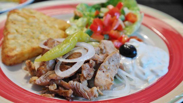 Tzatziki wird oft zu Grillfleisch gereicht, schmeckt aber auch als Beilage zu vegetarischen Gerichten.