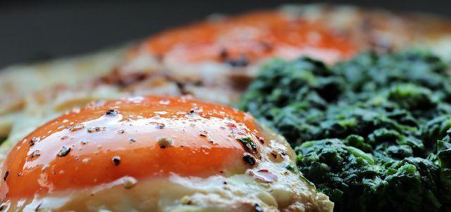 Rahmspinat und Spiegelei ist ein schnelles Essen mit wenig Kohlenhydraten.
