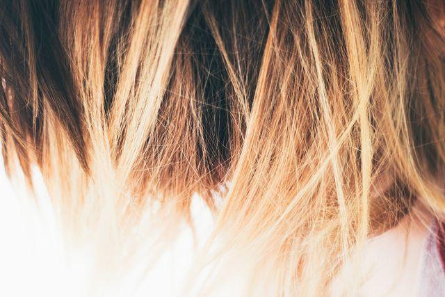 Es gibt verschiedene Hausmittel, mit denen du die Haarfarbe entfernen kannst.