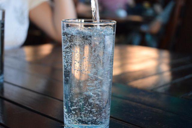 Auch eine ausreichende Flüssigkeitsmenge solltest du bei deinem Notvorrat beachten.