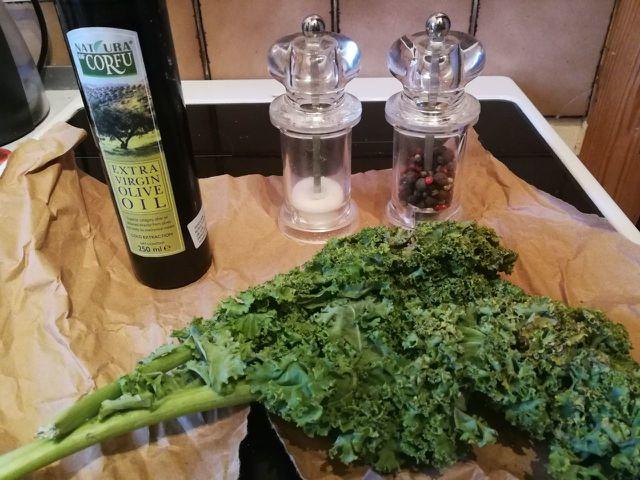 Für die Herstellung von Grünkohlchips brauchst du nicht viele Zutaten.