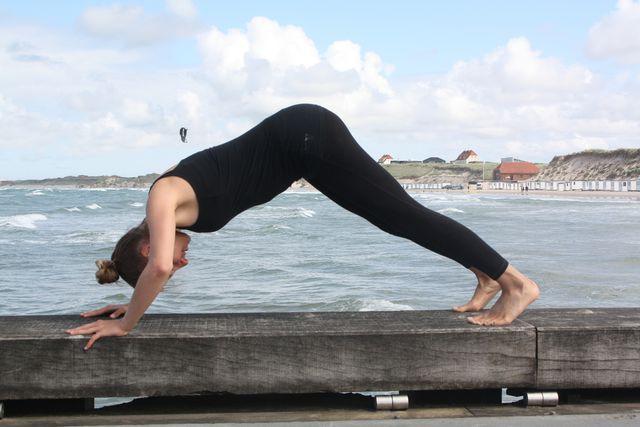 Mit dieser Variante des Liegestützes trainierst du effektiv deine Schultermuskulatur.