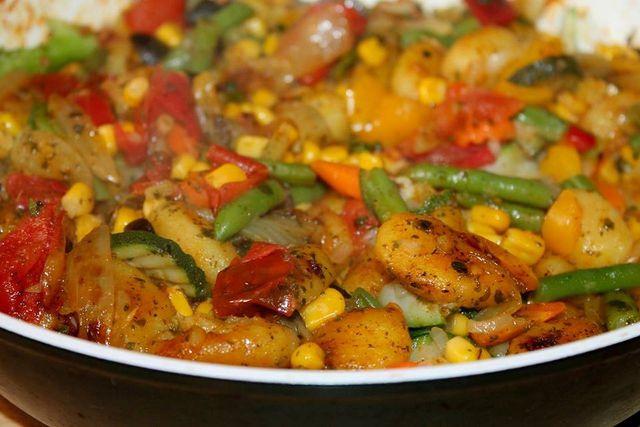 Kürbis-Gnocchi kannst du mit einer Sauce deiner Wahl servieren oder mit etwas Gemüse in einer Pfanne anbraten.