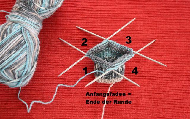 Beim Babysocken stricken werden die Nadeln ausgehend vom Anfangsfaden nummeriert.