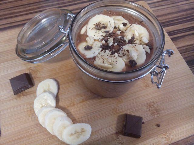 Dieses Frühstück schmeckt dank der Kombination aus Erdnuss, Schokolade und Banane nach einem reichhaltigen Dessert, besteht aber nur aus gesunden Zutaten.