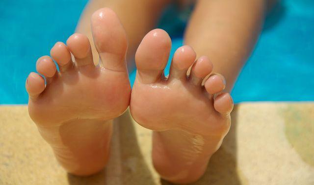 Salicylsäure entfernt Hornhaut von den Füßen