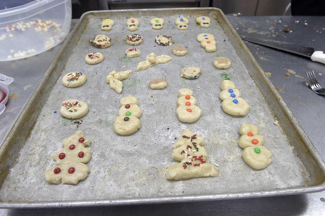 Lass die Kinder die selbst gebackenen Plätzchen eigenständig verzieren.