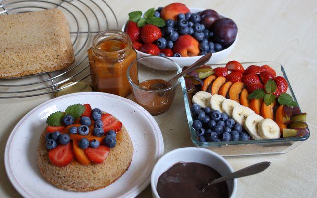 Belege den Obstboden unmittelbar vor dem Servieren, um auf den Tortenguss zu verzichten.