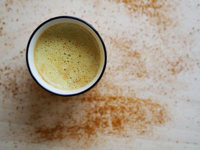 So einfach und schnell ist die Goldene Milch hergestellt.