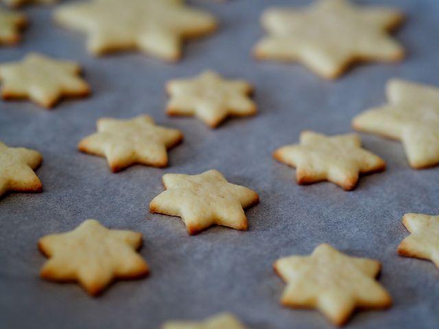 Mürbeteigplätzchen mit Walnüssen, Sultaninen oder Sesam: Probiere aus, welche Kreation dir am besten schmeckt.