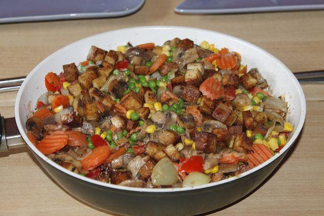 Die Räuchertofu-Pfanne schmeckt besonders mit saisonalem Gemüse.