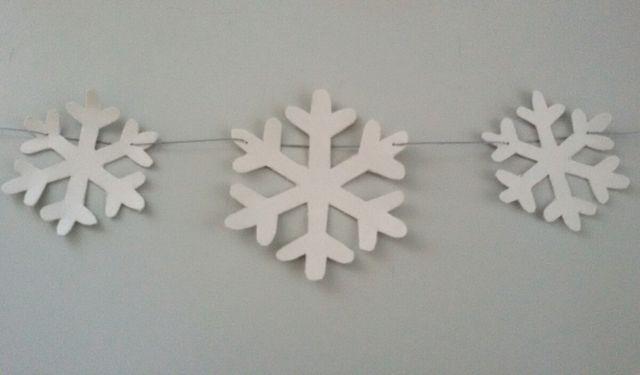 Alternativ kannst du die Girlande auch winterlich mit Schneeflocken gestalten.