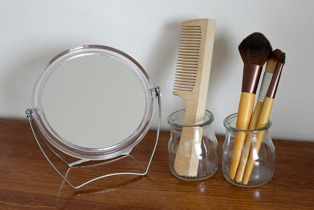 Ein Kamm ist ein praktisches Hilfsmittel, um deine Haare zu glätten.