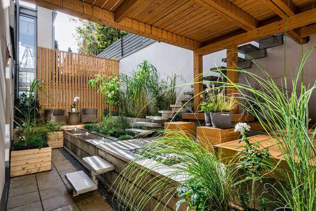 Holz ist ein gutes Material, um einen Sichtschutz für den Balkon zu bauen.