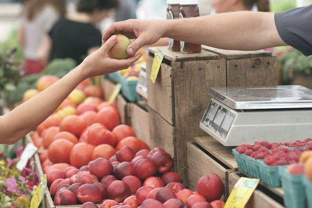 Auf Wochenmärkten gibt es oft eine größere Sortenvielfalt als im Supermarkt und du findest vielleicht die gesünderen alten Apfelsorten.