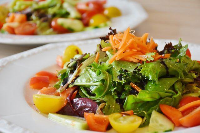 Bei der Mittelmeerdiät isst du gesunde Lebensmittel.